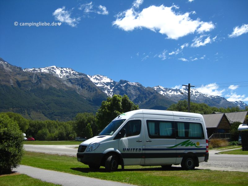 Wohnmobil vor den Bergen Neuseelands